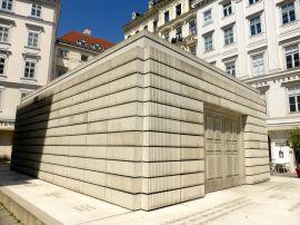 Oeuvre de Rachel Whitbread devant le Musée juif